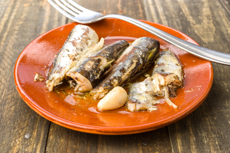 sardinas: sardinas aperitivo cazuela de barro en la madera rústica Foto de archivo
