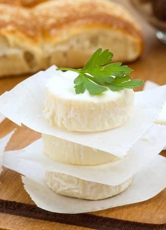 animalitos tiernos: trozos de queso de cabra con perejil verde Foto de archivo