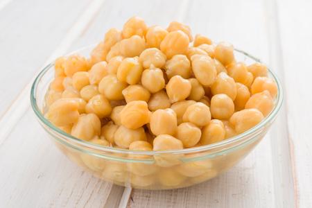 garbanzos: cuenco lleno de garbanzos cocidos sin sazonar