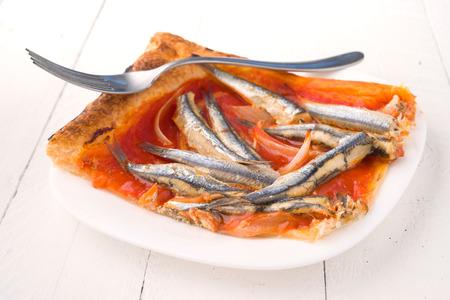 sardinas: ración de sardinas al horno en hojaldre con tenedor Foto de archivo
