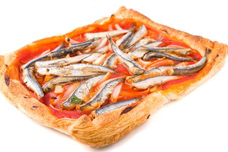 sardinas: sardinas con tomate al horno en la base de masa de hojaldre en blanco Foto de archivo