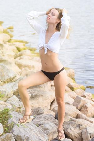 sexy young girl: сексуальная молодая девушка на пруду скалы на солнце