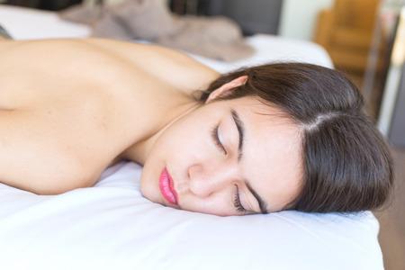 jeune fille adolescente nue: adolescent à moitié nue allongée sur son lit dans sa chambre