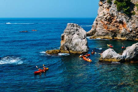 Kayaking among the rocks, Dubrovnik Croatia Foto de archivo