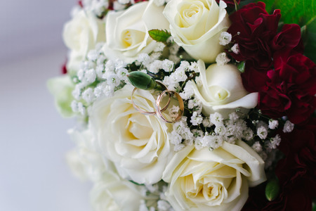 Beautiful engagement rings and bridal bouquet. Wedding bouquet Standard-Bild