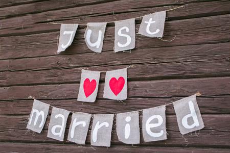 L & # 39 ; inscription just married les bois en bois style rustique Banque d'images - 93702731