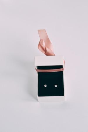 Eine silberne Ohrringe mit Edelsteinen in einer kleinen Geschenkbox Standard-Bild - 94765121