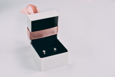 Eine silberne Ohrringe mit Edelsteinen in einer kleinen Geschenkbox Standard-Bild - 94755676