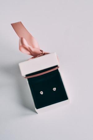Eine silberne Ohrringe mit Edelsteinen in einer kleinen Geschenkbox Standard-Bild - 94742904