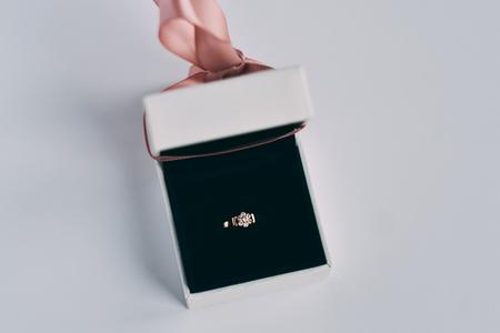 Verlobungsring in einer weißen Geschenkbox Standard-Bild - 94742905
