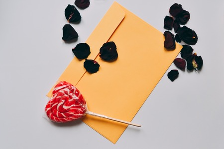 Valentines day love letter with red candy shaped heart Standard-Bild