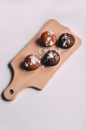 Selbst gemachte köstliche Schokoladenmuffinnahaufnahme, Vertikale, Draufsicht Standard-Bild - 95482684