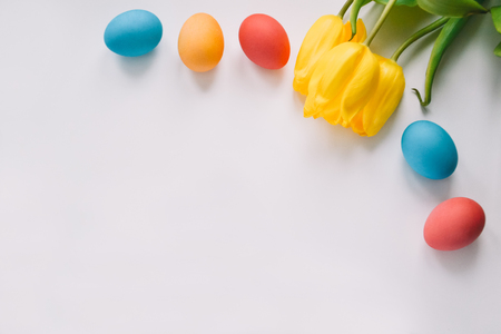 Easter background with Easter eggs and spring flowers. Top view with copy space. Standard-Bild