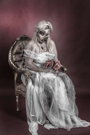 es un zombie vestido con un traje de novia Foto de archivo - 18767645
