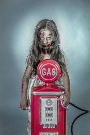 nombie es una chica vestida con ONU camisn con ONU gas Archivio Fotografico