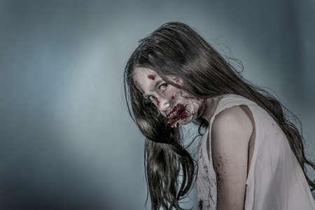 chica: es una chica zombie vestido con un camisón