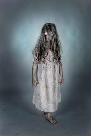 es una chica zombie Vestido con ONU camisn Archivio Fotografico