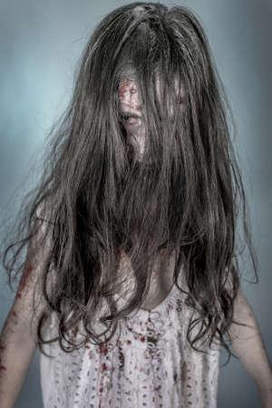 es una chica zombie Vestido con ONU camisn
