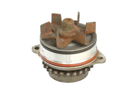 bomba de agua: Parte de la bomba de agua del motor aislado sobre fondo blanco Foto de archivo