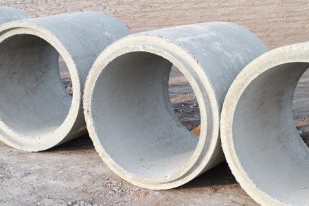drenaggio: Tubi di drenaggio in calcestruzzo in cantiere Archivio Fotografico