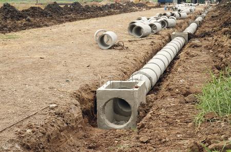 El tanque de drenaje de hormigón en el sitio de construcción