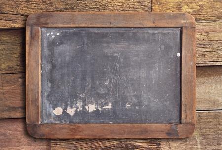 Grunge Schiefertafel auf Holzuntergrund Standard-Bild - 12747813