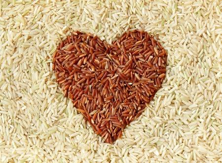 Brauner Reis und rotem Reis mit Herzform Textur Hintergrund Standard-Bild - 12747828