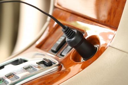 enchufe: Enchufe el cargador en un coche de lujo