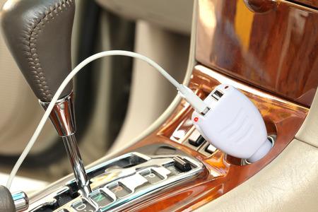 encendedores: Enchufe adaptador adaptador USB con cable de carga en un coche