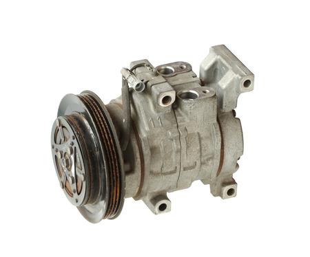 compresor: Compresor de aire del coche aislado en el fondo blanco