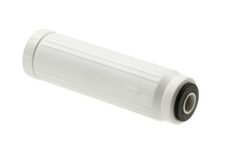 filtraci�n: Cartucho de filtraci�n de agua aislado en el fondo blanco