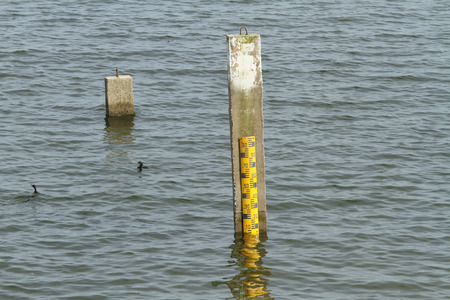 depth gauge: Water level measurement pole at the dam Stock Photo