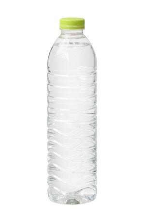 Botella de agua de plástico desechable aislado sobre fondo blanco. Foto de archivo