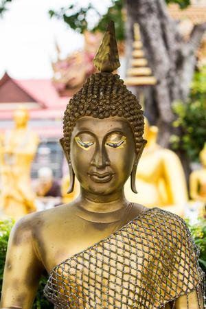 cabeza de buda: la cabeza de Buda en el templo tailandés