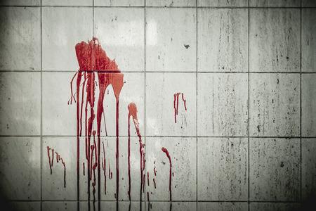 버려진 된 집에 벽에 혈액 한 방울 그들. 할로윈 축제에서 배경 운영자입니다. 살인에 관한 이야기