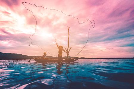 아버지와 아들 태국에서 농촌 삶의 방식에 집 뒤에 호수에 아시아 물고기 그물.