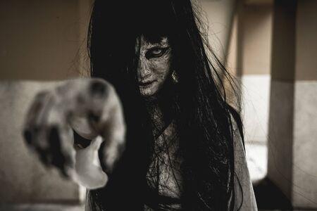 Halloween ou concept d'horreur, femmes habillées en costume de zombies d'horreur cosplay ou fantôme sur le festival d'Halloween. Banque d'images