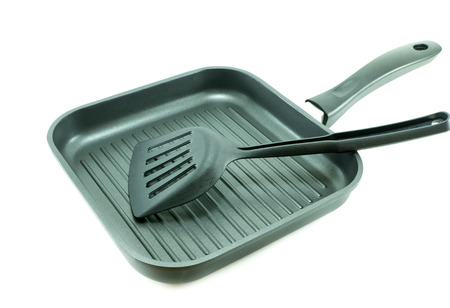 antiaderente: Non-Stick griglia padella con spatola su bianco