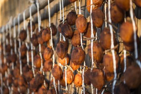 ahorcada: Caquis japoneses colgados, comida tradicional japonesa
