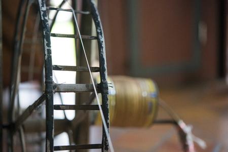 Seidenfäden auf einer Spinnmaschine in Thailand gedreht. Standard-Bild - 88147997