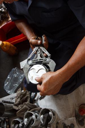 mecanico automotriz: mec�nico automotriz desmontar el motor del coche con durante el mantenimiento del autom�vil en la estaci�n de servicio de reparaci�n