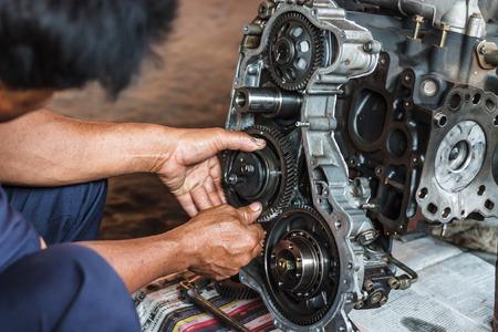 Professionele automonteur werken in auto reparatie service.