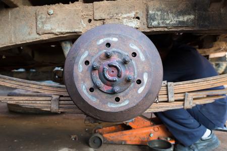 frenos: la reparaci�n de un coche de los frenos de disco