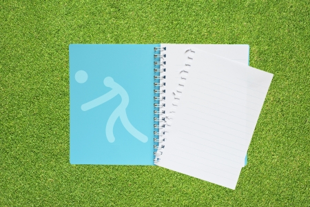 pelota de voley: Libro con el icono de voleibol Deporte en fondo de la hierba