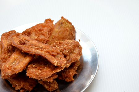 platanos fritos: Cierre de sésamo plátanos fritos roció sabrosa comida tradicional Foto de archivo