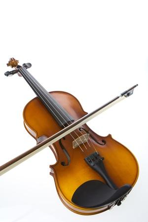 楽器: 白い背景の上の弓とヴァイオリン