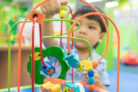 Asiatique Bébé joue avec le jouet éducatif