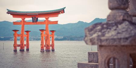 Hiroshima, Japón - 16 de marzo 2016: Miyajima Torii flotante es el destino turístico más famoso en Hiroshima.