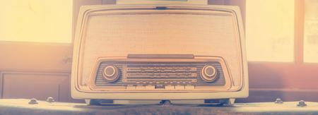 transistor: Altavoz transistor receptor de radio de la vendimia en el color de la vendimia