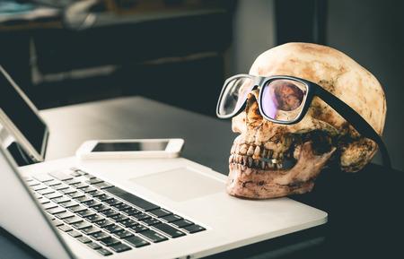 Dode zakenman op kantoor Laptop tafel Stockfoto